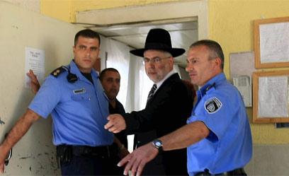 בניזרי נכנס לכלא. ספטמבר 2009 (צילום: מיכאל קרמר) (צילום: מיכאל קרמר)