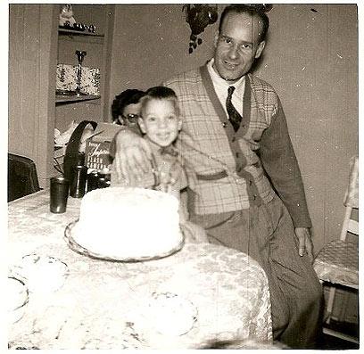 ג'ון בן הארבע עם אביו. הדרך לארגנטינה עוברת בוושינגטון ()