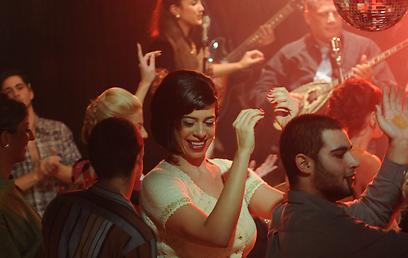 """עדנה בליליוס רוקדת בסצינה מ""""רסיסי אהבה"""" ()"""