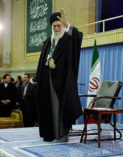 חמינאי מנופף לתומכיו בטהרן (צילום: רויטרס) (צילום: רויטרס)