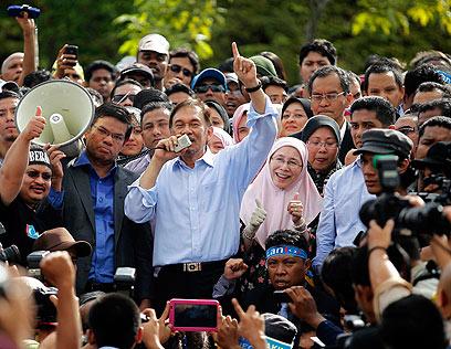 איברהם עם תומכיו אחרי הזיכוי האחרון (צילום: רויטרס) (צילום: רויטרס)