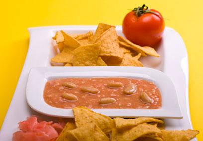 נאצ'וס עם ממרח שעועית, עגבנייה וג'ינג'ר כבוש (צילום: ראובן אילת) (צילום: ראובן אילת)