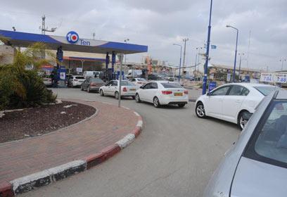 תור לתדלוק לפני העלאת מחירים. איראן תשפיע, אך לא רק היא (צילום: הרצל יוסף) (צילום: הרצל יוסף)