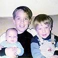 האחים עמוס בילדותם בקיבוץ. מימין לשמאל: דני, נתן ומיכה צילום: מהאלבום הפרטי