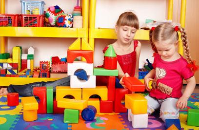 בפער גילאים גדול, עודדו בילוי משתף של הילדים (צילום: shutterstock) (צילום: shutterstock)