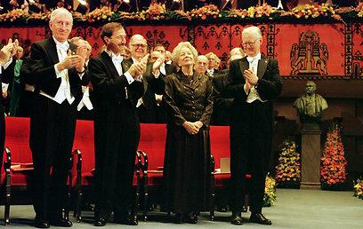 המשוררת ויסלבה שימבורסקה מקבלת את פרס נובל        (צילום: AFP)