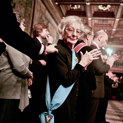 שימבורסקה בטקס הענקת פרס נובל. השתפכויות וסופרלטיבים (צילום: רויטרס) (צילום: רויטרס)