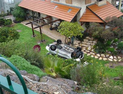 הרכב שנחת אתמול על עץ הלימון (צילום: אלי שור) (צילום: אלי שור)