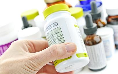 """""""במקום לתת מידע לצרכן, עלוני התרופות מגינים מתביעות"""" (צילום: shutterstock ) (צילום: shutterstock )"""