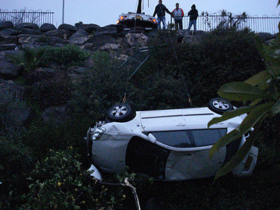 גוררים את הרכב למעלה (צילום: אלי שור) (צילום: אלי שור)