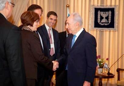 חברי המשלחת עם הנשיא שמעון פרס  ()