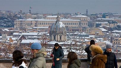 משקיפים על רומא המושלגת בסוף השבוע (צילום: AP) (צילום: AP)