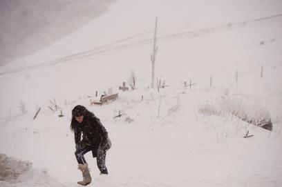 אישה צועדת בשלג באיבנטה, ספרד (צילום: AP) (צילום: AP)