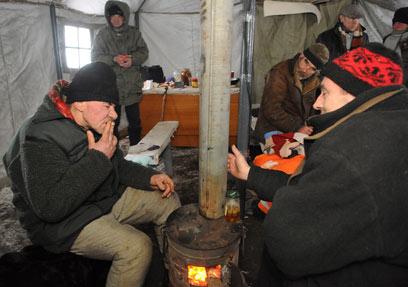 הומלסים בבית מחסה שפתחו להם הרשויות באוקראינה (צילום: AP) (צילום: AP)
