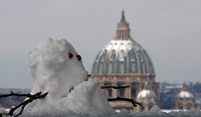אפשר היה להשקיע יותר, אבל איש השלג החמוד הזה משקיף על רומא (צילום: AP) (צילום: AP)