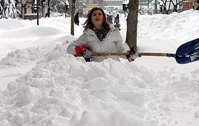 תנו לה יד. אשה חופרת בשלג בבוסניה (צילום: EPA) (צילום: EPA)