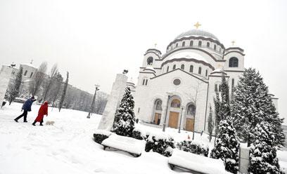 בוקר יום ראשון, והכנסייה בבלגרד לבנה וצחה מתמיד (צילום: AFP) (צילום: AFP)