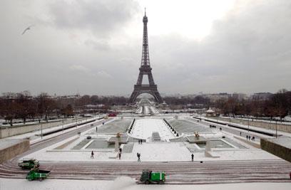 שלג בפריז, ליד מגדל אייפל (צילום: AP) (צילום: AP)