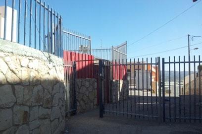 שער של בית ספר במגזר הערבי סגור, היום (צילום: חסן שעלאן ) (צילום: חסן שעלאן )