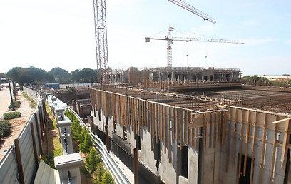 עבודות הבנייה של אחוזת הענק בעיצומן (צילום: עמית מגל) (צילום: עמית מגל)