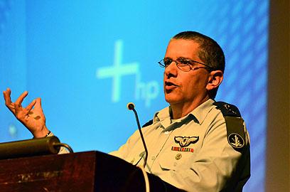 """""""אנחנו לוקחים סיכונים בגדה המערבית לקידום הפלסטינים"""" (צילום: רוני אביב, במחנה)"""