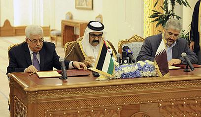 משעל ואבו מאזן במסיבת העיתונאים עם סגן שר החוץ של קטאר (צילום: רויטרס) (צילום: רויטרס)