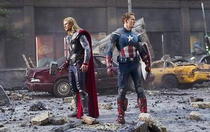 כריס אוואנס וכריס המסוורת' כקפטן אמריקה וכת'ור ()