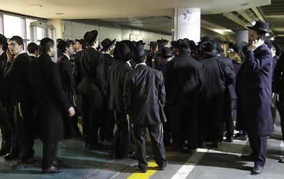 עשרות רבות הגיעו לבית החולים  (צילום: גיל יוחנן) (צילום: גיל יוחנן)