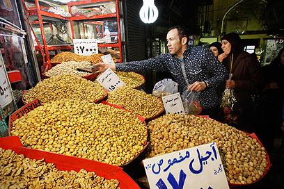 לא רק בזארים לאוכל. דוכן פיסטוקים בשוק בטהרן (צילום: AP) (צילום: AP)