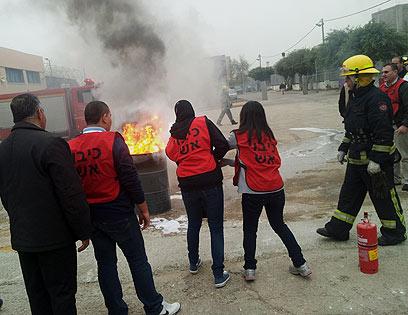 מתרגלים מצב חירום בבית הספר בכפר קרע (צילום: חסן שעלאן) (צילום: חסן שעלאן)