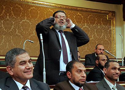 קרא לחבריו לעמיתיו להצטרף אליו לתפילה. ממדוח איסמאעיל (צילום: AP) (צילום: AP)