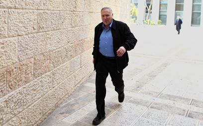 הוא חוזר? אשל בדרך למתן עדות בנציבות שירות המדינה (צילום: עמית שאבי) (צילום: עמית שאבי)