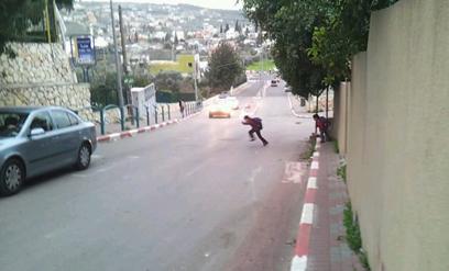 חוצים כבישים מסוכנים בדרך לבית הספר (צילום: חסן שעלאן) (צילום: חסן שעלאן)