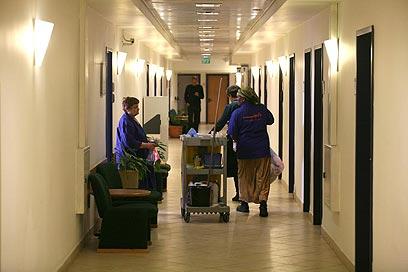 על גב החלשים ביותר. עובדי קבלן במשרד האוצר  (צילום: גיל יוחנן) (צילום: גיל יוחנן)