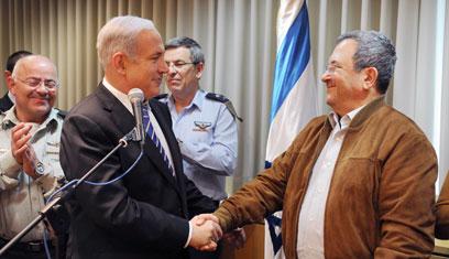 נתניהו וברק חוגגים 70 לשר הביטחון. יהיה שריון? (צילום: אריאל חרמוני, משרד הביטחון) (צילום: אריאל חרמוני, משרד הביטחון)