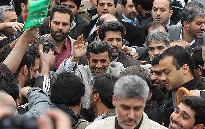 נשיא איראן במהלך הצעדה, היום בטהרן ()
