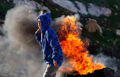 ילד פלסטיני מיידה אבנים (צילום: AP) (צילום: AP)