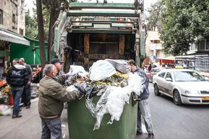 ענף בצמיחה: איסוף אשפה (צילום: נועם מושקוביץ) (צילום: נועם מושקוביץ)