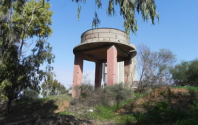 מגדל המים שנשאר כמות שהוא על גבעת המיכלים (צילום: זיו ריינשטיין)