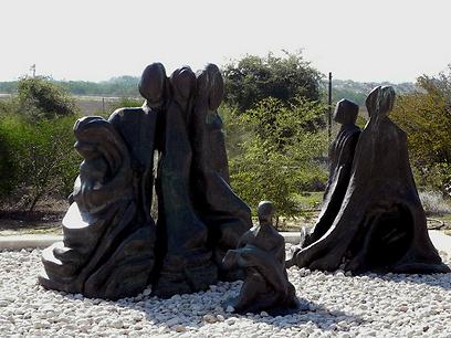 אנדרטה לזכר הנשים שלקחו חלק בקרב. יד לאשה הלוחמת (צילום: זיו ריינשטיין)