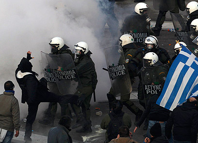 ההפגנה הפכה אלימה כשמפגינים ניסו לפרוץ את מחסום המשטרה (צילום: רויטרס) (צילום: רויטרס)