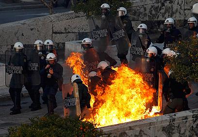 מטופל שקרס לא ישן ולא אכל. משטרת יוון מול מתפרעים (צילום: רויטרס) (צילום: רויטרס)