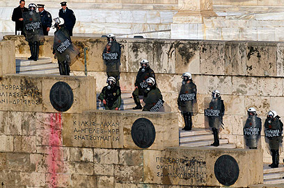 השוטרים הרחיקו את המפגינים מהפרלמנט (צילום: רויטרס) (צילום: רויטרס)