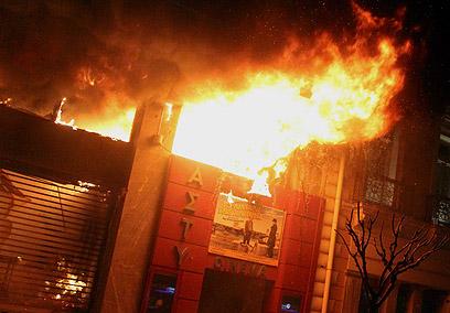 בית קולנוע עולה באש (צילום: רויטרס) (צילום: רויטרס)