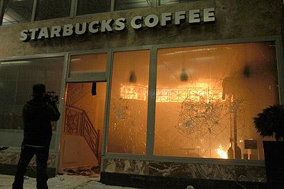 """סניף """"סטארבקס"""" עולה באש (צילום: רויטרס) (צילום: רויטרס)"""