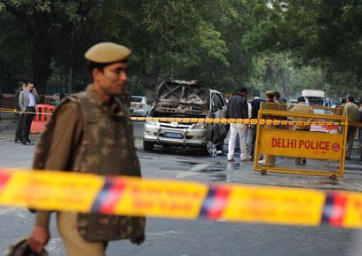 נהג ואשת דיפלומט נפצעו, המשטרה ההודית חסמה את האזור (צילום: AFP) (צילום: AFP)