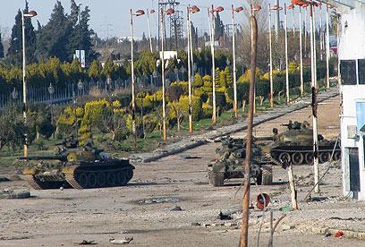טנקים של צבא סוריה בפאתי חומס (צילום: AFP) (צילום: AFP)