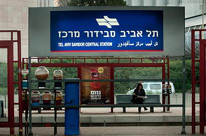 הרכבת לא תגיע. הנוסעים קמו מוקדם לאוטובוס (צילום: ירון ברנר) (צילום: ירון ברנר)