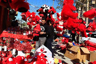 הולכים בעקבות לבנון ודובאי. חג האהבה בבגדד (צילום: AP) (צילום: AP)