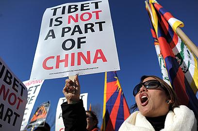 """""""טיבט איננה חלק מסין"""". מפגינים בוושינגטון נגד ביקור נשיא סין בעיר (צילום: AFP) (צילום: AFP)"""